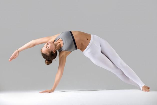 mujer realizando ejercicio de pilates llamado sidebend