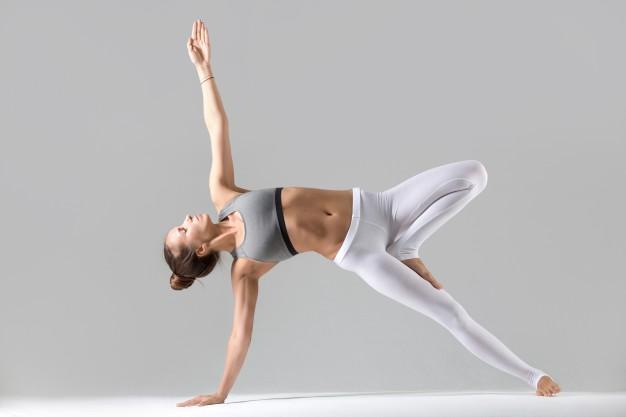 Mujer realizando plancha lateral